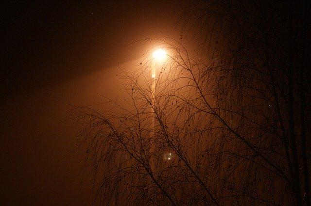 lucerna v mlze