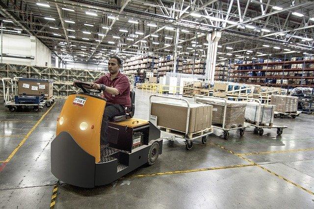 vysokozdvižný vozík a pracovník.jpg