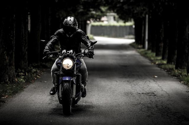 motocyklista na cestě.jpg