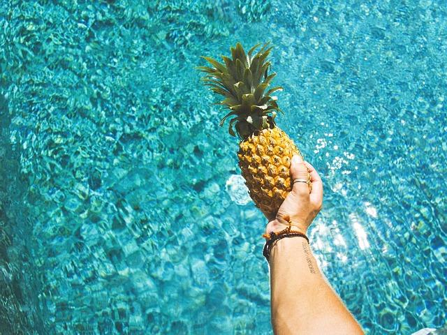 ananas nad bazénem.jpg